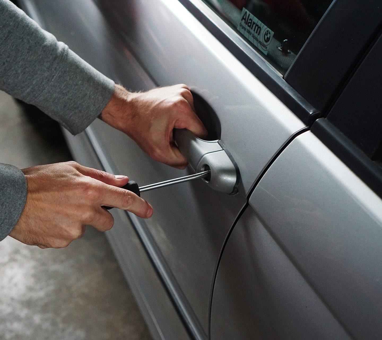 Strážníci zabránili krádeži vozidla