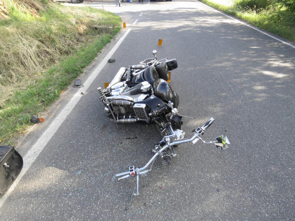 Motocykl se střetl s vozidlem Nissan