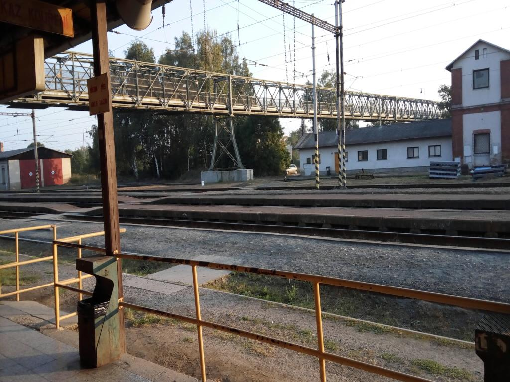 Nepřecházejte přes železniční dráhu!