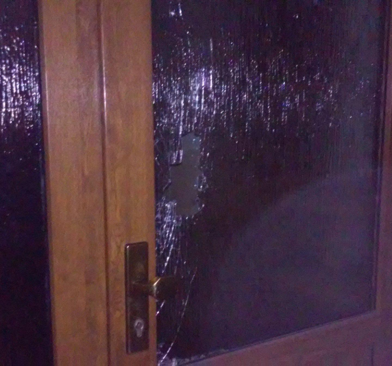Zlostí rozbil dveře