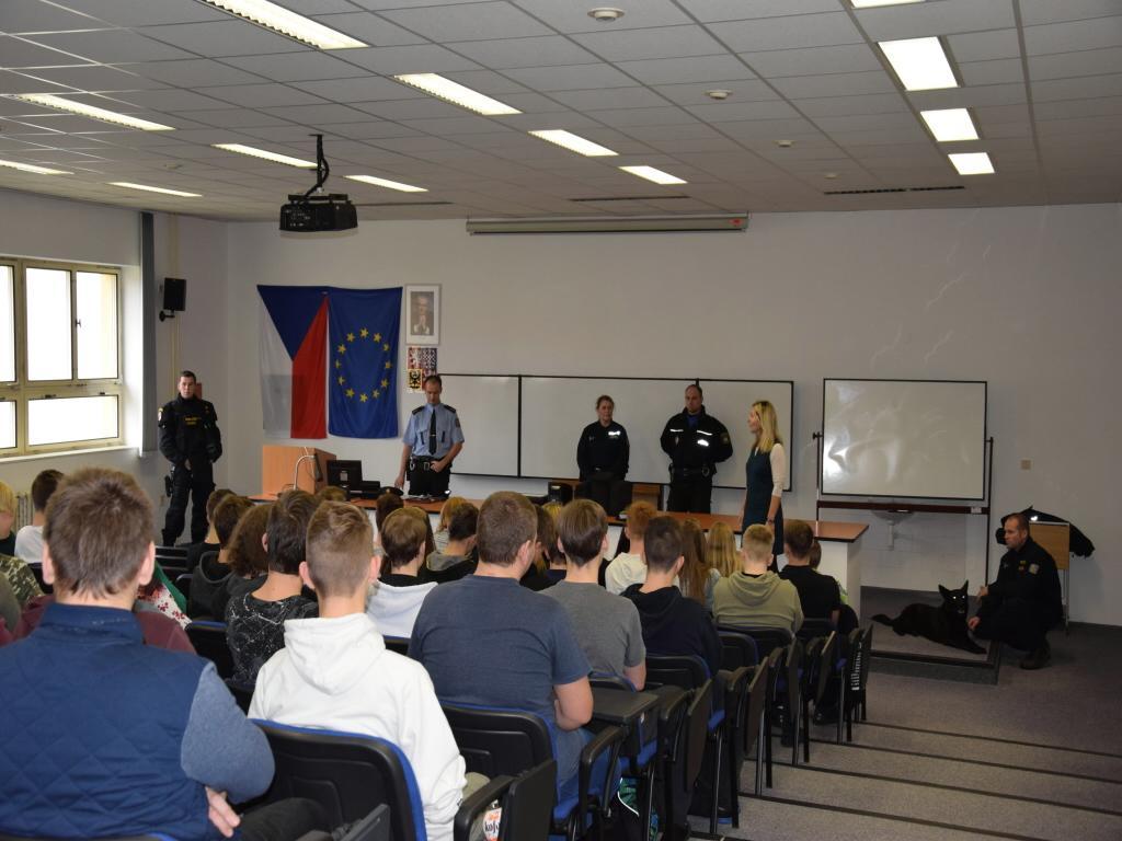 Čáslavští policisté a strážníci navštívili vybrané školy